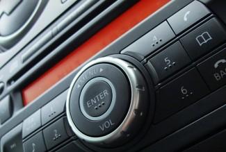 Einbau von Multimedia im Auto